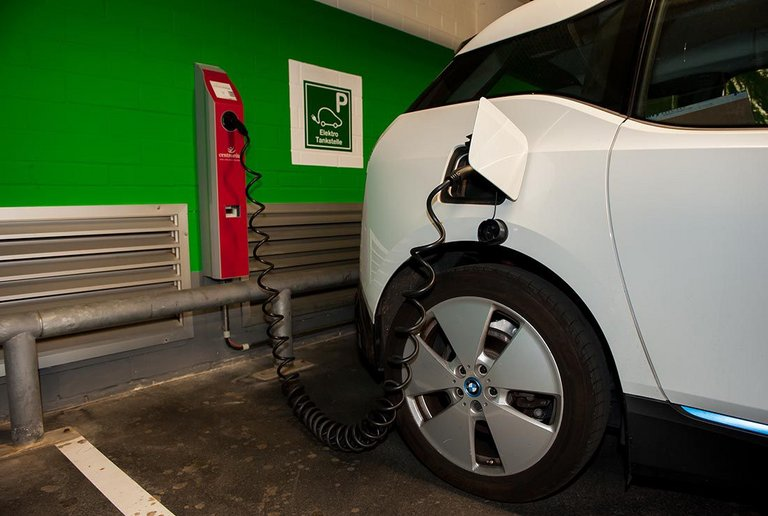 Sleep & Charge, E-Tanksäule in der Tiefgarage im centrovital Berlin